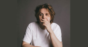 "Lewis Capaldi ""Hold me while you wait"" è disco d'oro in Italia"